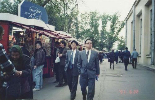 1997年5月,王传福在莫斯科通讯展现场寻找市场