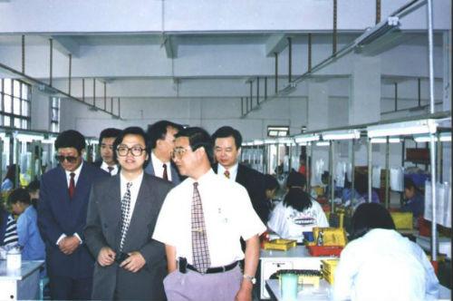 1996年 王传福陪同客户参观工厂