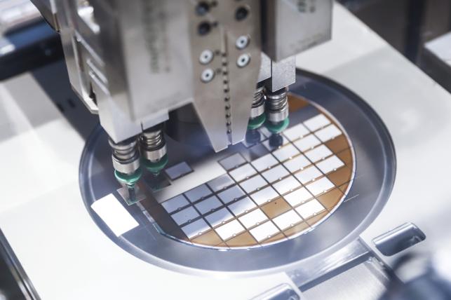 制造IGBT难度极大,在大规模应用的1200V车规级IGBT芯片的晶圆厚度上,比亚迪处于全球先进水平,可将晶圆厚度减薄到120um(约两根头发丝直径)
