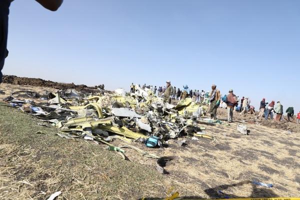 11日,在埃塞俄比亚首都亚的斯亚贝巴附近,人们聚集在坠机现场
