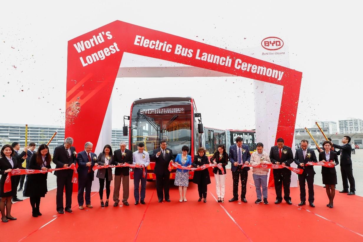 比亚迪发布全球首款27米纯电动双铰接大巴K12A,这是迄今为止全球最长的纯电动大巴