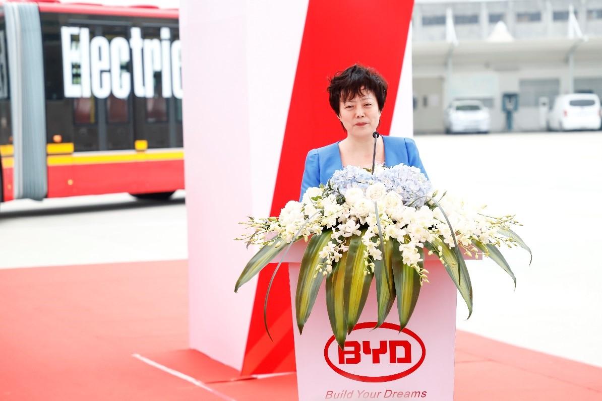 比亚迪集团高级副总裁李柯女士在仪式上讲话