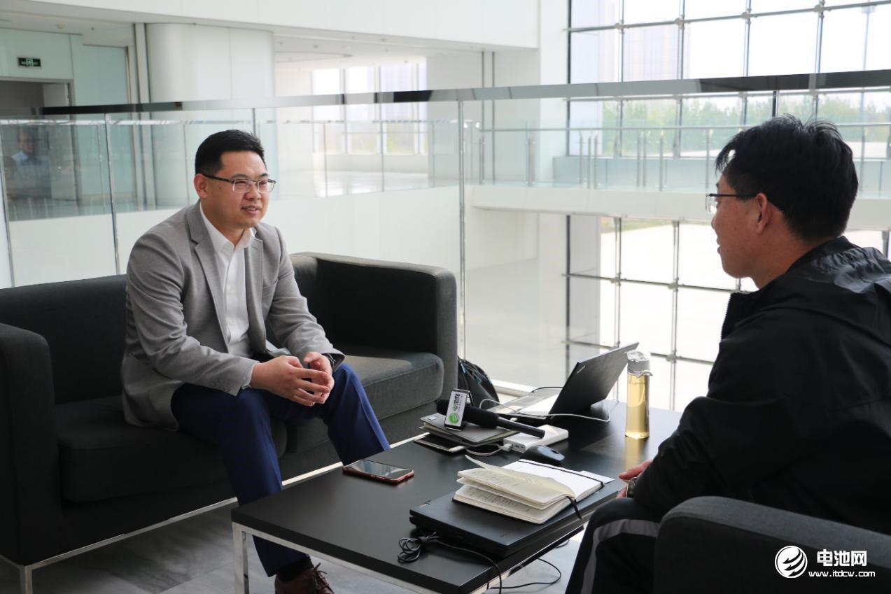 中关村新型电池技术创新联盟秘书长于清教专访蜂巢能源总经理杨红新(左)