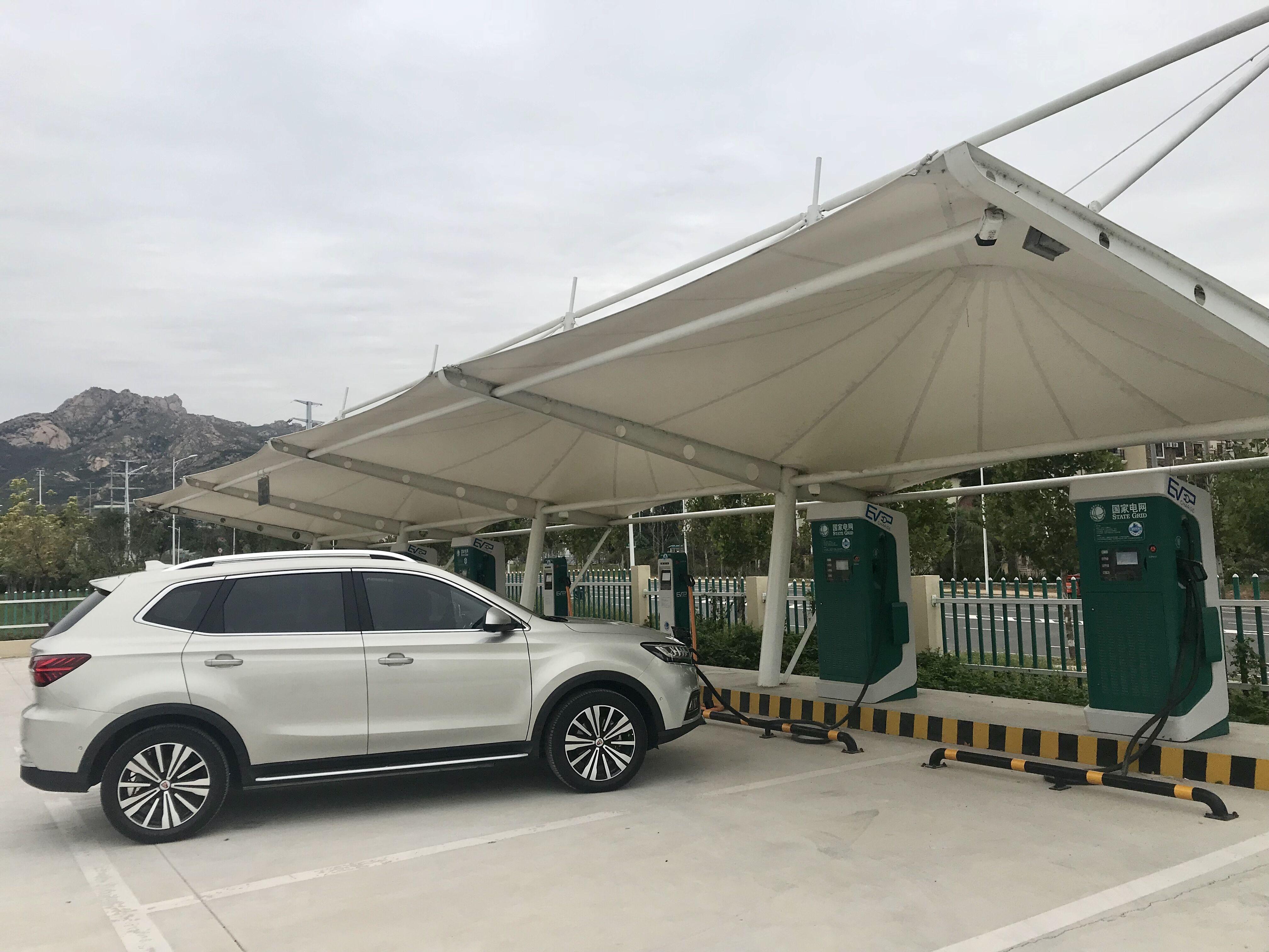 上汽荣威ERX5纯电动SUV在国网山东青岛充电场充电中