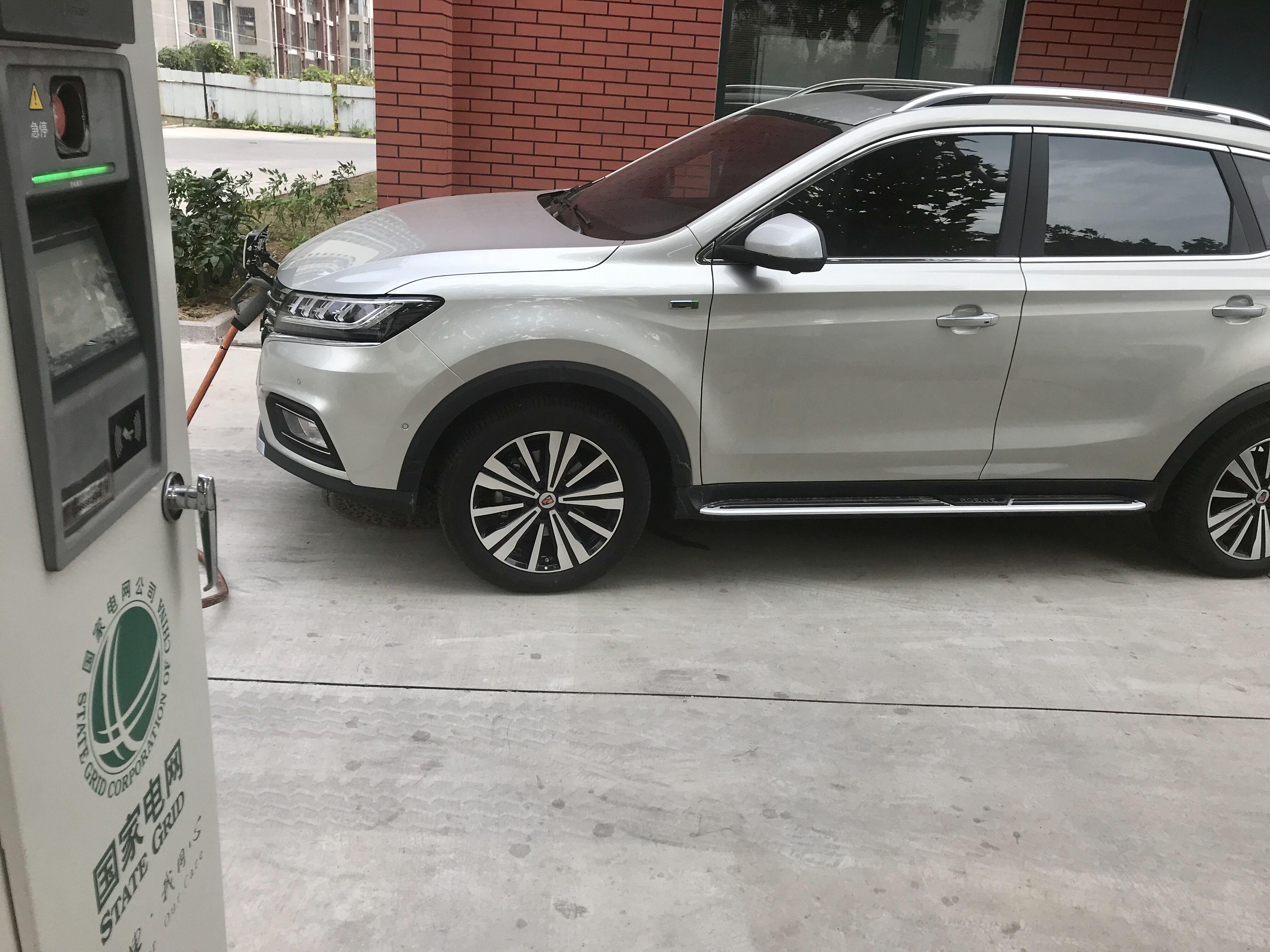 上汽荣威ERX5 纯电动SUV在国家电网充电桩充电