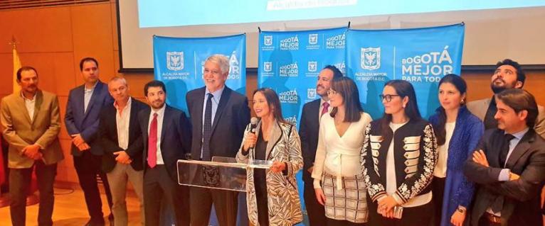 在波哥大市长Enrique Peñalosa(左五)的见证之下,TransMilenio SA的高管正式宣布比亚迪成功中标379台纯电动大巴订单。