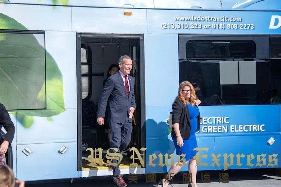 市长搭乘比亚迪纯电动大巴抵达新闻发布会现场
