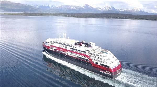 国内首艘大型纯电动客船启航