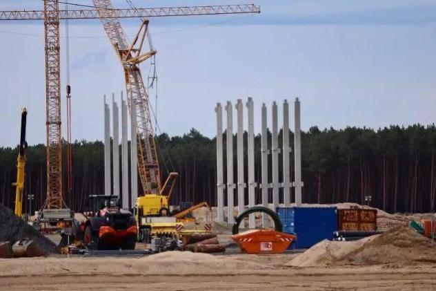 特斯拉柏林工厂建设加速 首批立柱已经竖立在现场