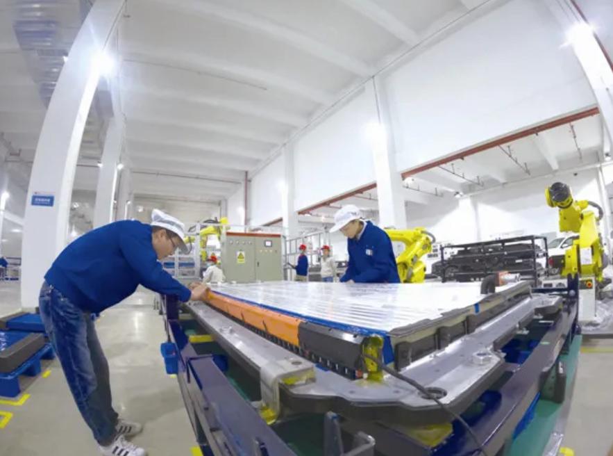 比亚迪动力电池生产基地车间内,工人正在进行刀片电池包最后组装
