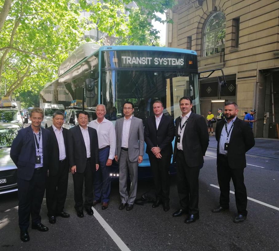 2019年,在比亚迪亚太汽车销售事业部总经理刘学亮(左五)与比亚迪澳大利亚合作伙伴TSA管理层陪同下,时任广东省副省长的张虎(左三)一行乘坐澳洲运营的比亚迪纯电动大巴