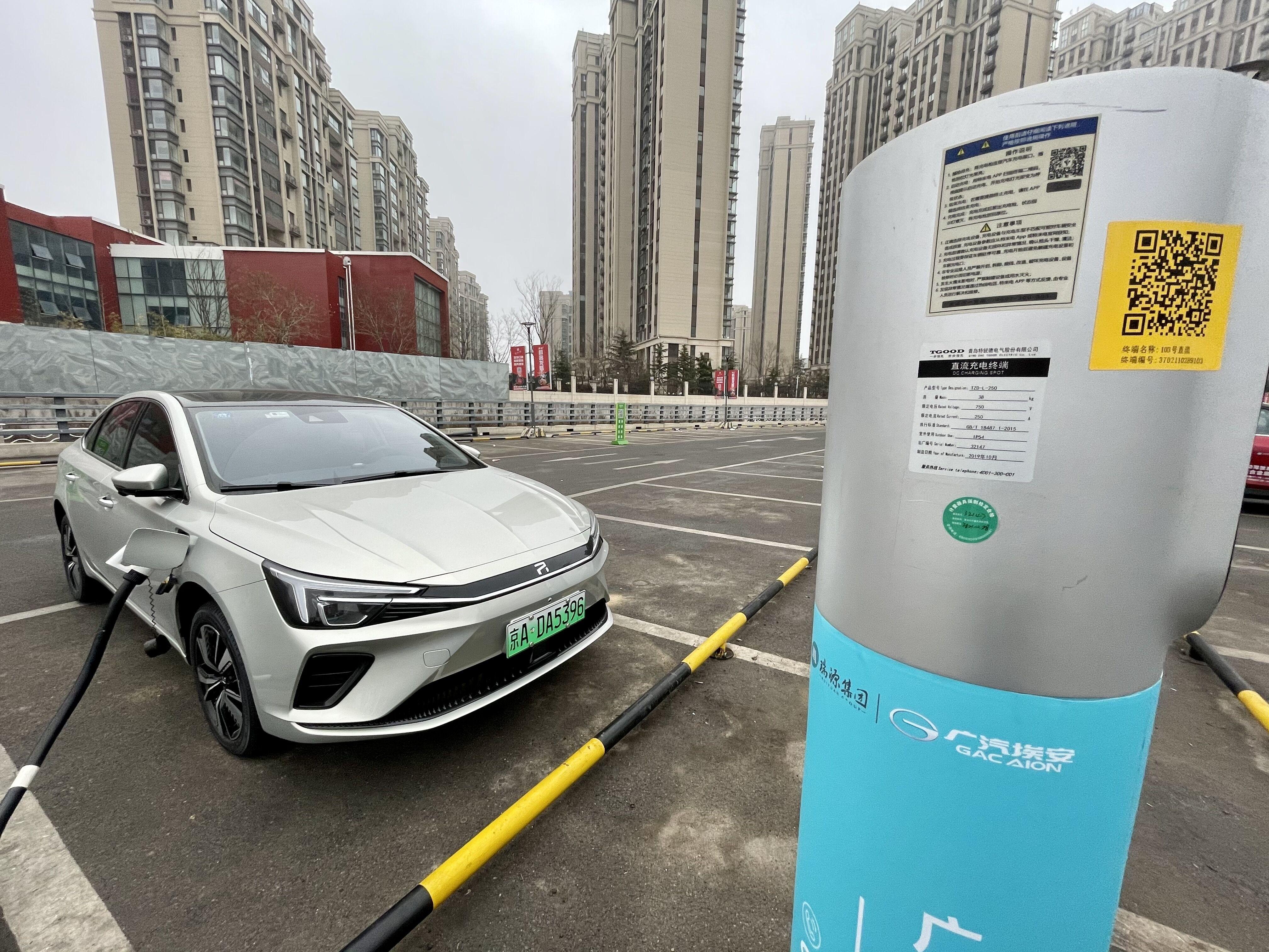 荣威ER6纯电动车在充电中