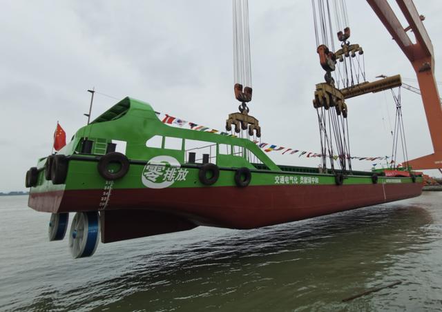 首艘国产内河纯电池动力集装箱船正式下水